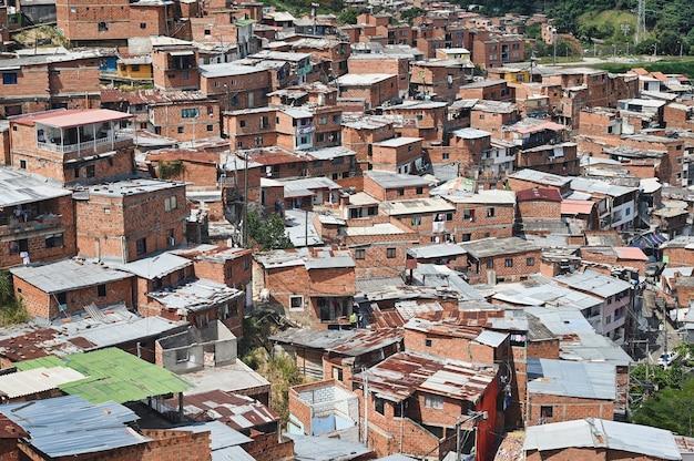 コロンビア、メデジンのコムナ13スラムの建物の美しい空中ショット