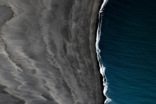Bella ripresa aerea di un mare e una spiaggia