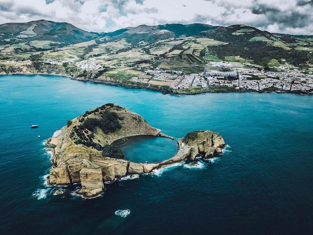 Bella ripresa aerea del mare con le montagne