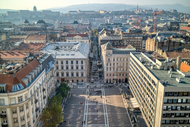 Красивый вид с воздуха над площадью перед базиликой святого стефана в будапеште, венгрия, с исторической частью старого города.