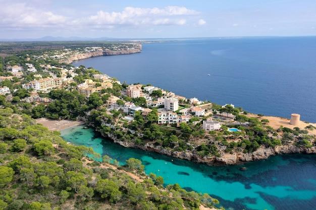 Bella vista aerea della spiaggia di cala s'almunia, spainb