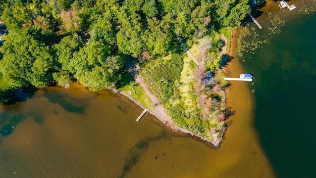 호수와 주변 녹지의 아름다운 조감도