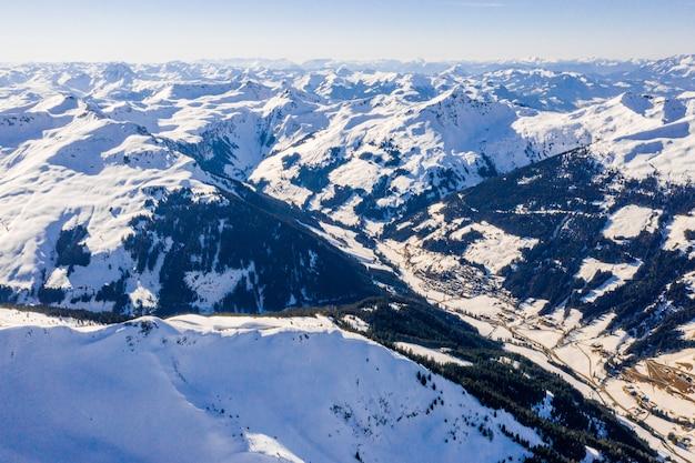 알프스의 산 풍경에있는 스키 리조트와 마을의 아름다운 공중보기