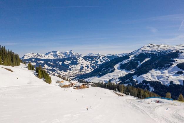 アルプスの山の風景の中のスキーリゾートと村の美しい空中写真