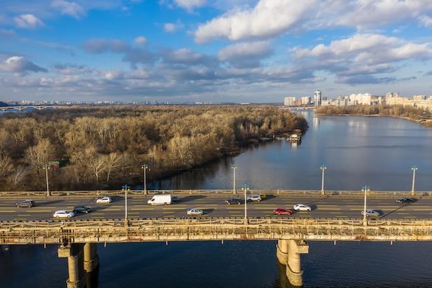 冬の晴れた日の橋の上の都市交通の美しい空撮。