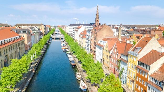위에서 코펜하겐 스카이 라인의 아름 다운 조감도, nyhavn 역사적인 부두 포트와 코펜하겐, 덴마크의 오래 된 마을에서 컬러 건물 및 보트와 운하
