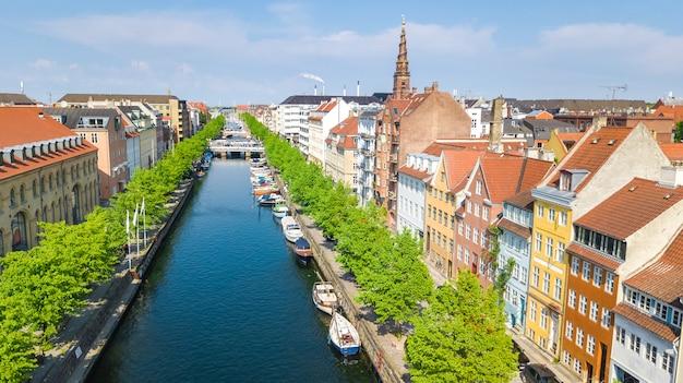 Красивый вид с воздуха на горизонт копенгагена сверху, исторический порт пирс нихавн и канал с цветными зданиями и лодками в старом городе копенгагена, дания