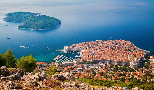 Красивый вид с воздуха на средневековый старый город дубровника и остров локрум, южная далмация, хорватия