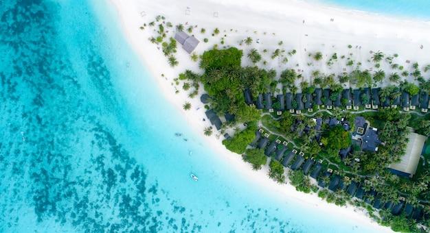 Красивый вид с воздуха на мальдивы и тропический пляж. вид сверху