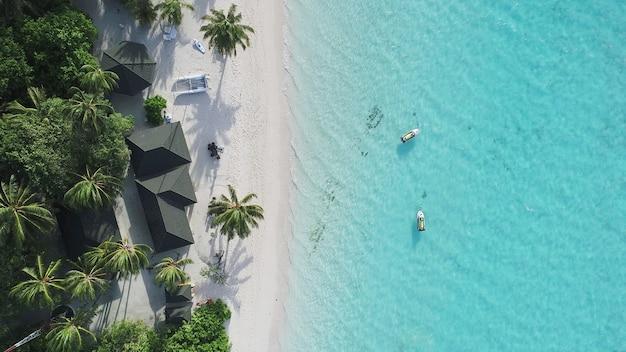 몰디브와 열대 해변의 아름다운 공중보기. 여행 및 휴가 개념