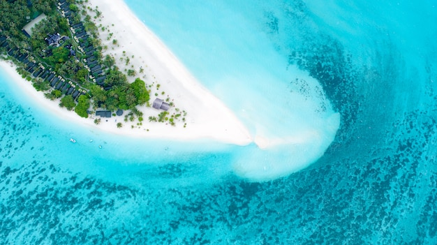 モルディブと熱帯のビーチの美しい空撮。旅行や休暇の概念