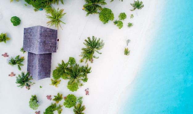 モルディブと熱帯のビーチの美しい空中写真。旅行と休暇のコンセプト