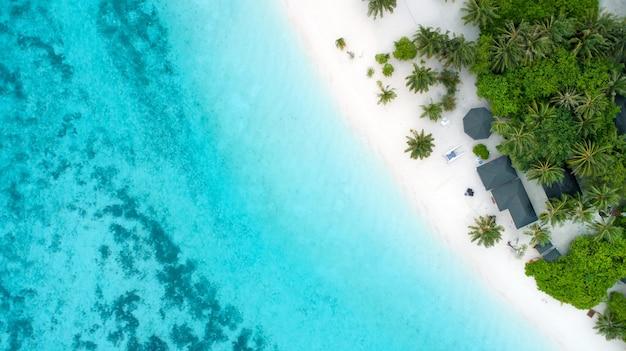 Красивый вид с воздуха на мальдивы и тропический пляж. концепция путешествия и отдыха