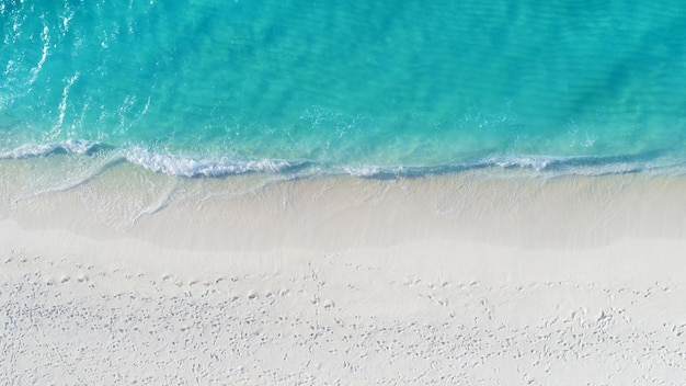 モルディブと熱帯のビーチの美しい空中写真