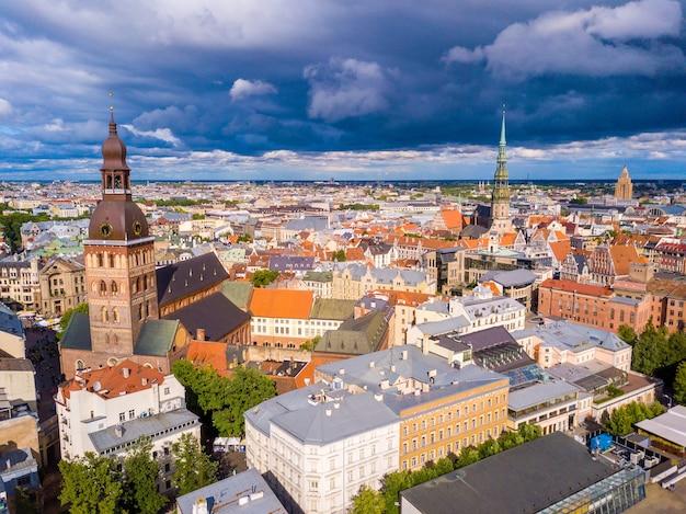 曇りの日にリガ、ラトビアの美しい空中写真