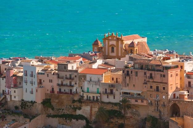 Красивый вид с воздуха на святилище марии сантиссима дель соккорсо или церковь матери в прибрежном городе кастелламмаре дель гольфо утром, сицилия, италия