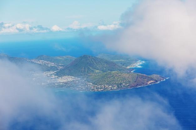 米国ハワイ州オアフ島のダイアモンドヘッドクレーターの美しい空中写真