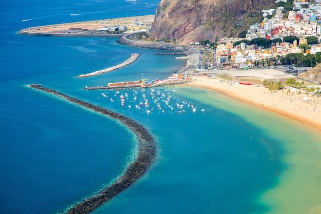 Bella veduta aerea della vista della spiaggia di teresitas sull'isola di tenerife