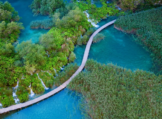 Красивый вид с воздуха с пешеходной дорожкой в национальном парке плитвицкие озера, хорватия