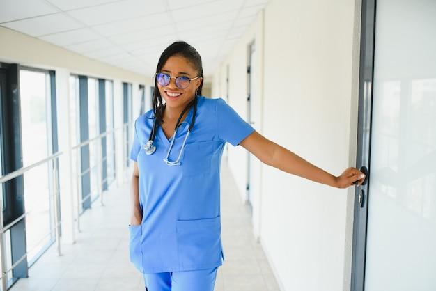 Красивая афро-американская педиатрическая медсестра в современном офисе