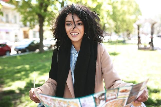 Красивая афро-американская девушка счастливо