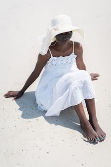 Красивая афро-американская девушка на морском пляже