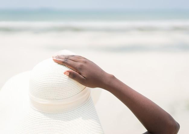 Красивая афро-американская девушка на пляже