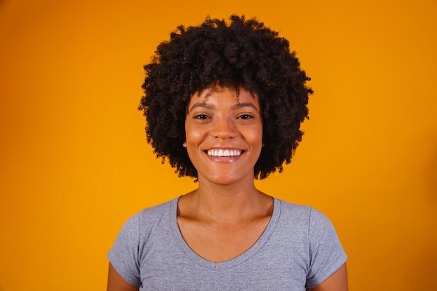 Красивая афро-американская девушка с улыбкой афро прически.