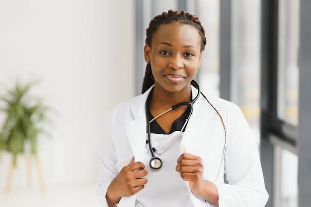 접힌 팔으로 아름 다운 아프리카 계 미국인 간호사