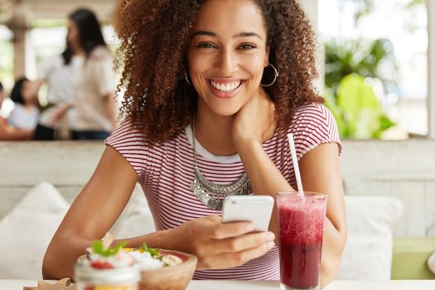 カフェで美しいアフリカ系アメリカ人女性