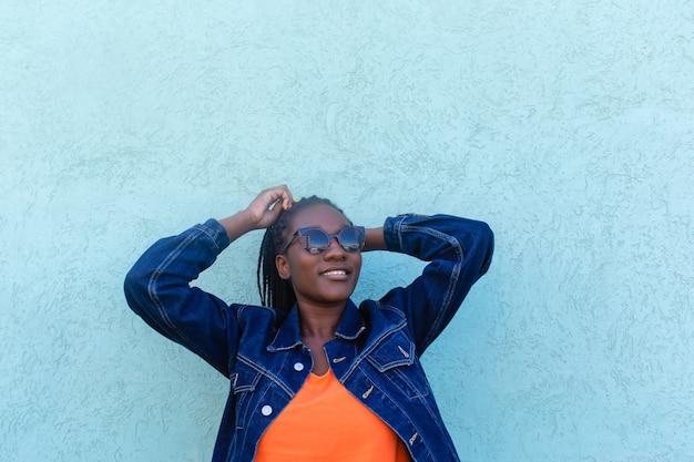 아름 다운 아프리카 계 미국인 여자는 하늘에서 조회