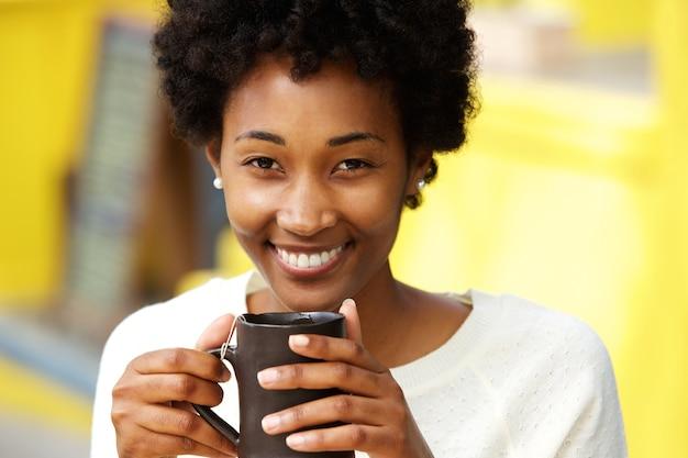 美しい、アフリカ、アメリカ人、女、微笑、コーヒー、カップ