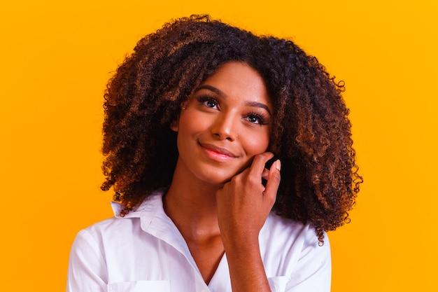 アフロの髪型を持つ美しいアフリカ系アメリカ人の女性