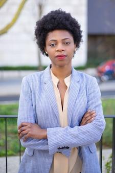 組んだ腕を持つ美しいアフリカ系アメリカ人女性