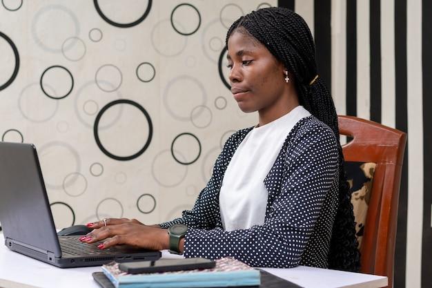 회사 사업에 대한 시스템을 진지하게 작업하는 아름다운 아프리카 여성