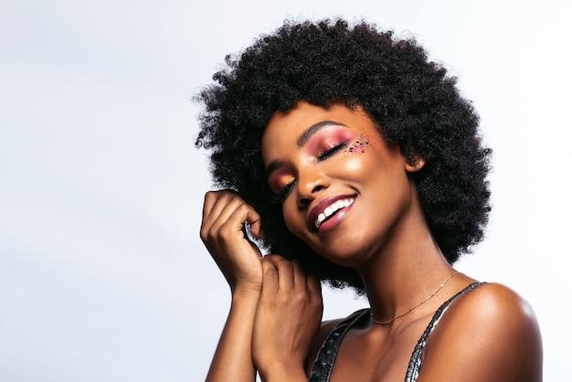 Красивая африканская женщина чувствует себя благодарной