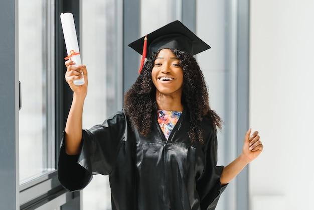 Красивая африканская студентка с аттестатом об окончании школы