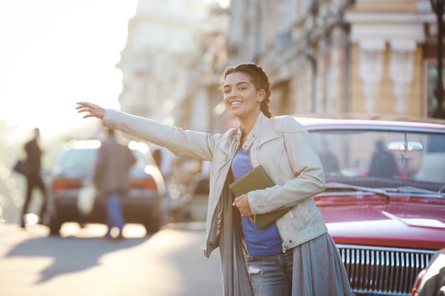 차를 잡는 아름 다운 아프리카 소녀