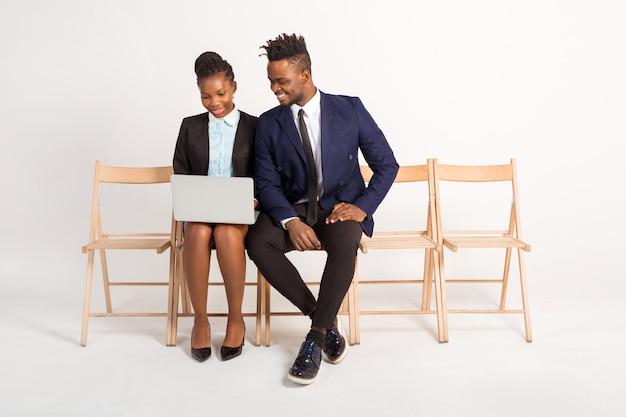 노트북과 정장에 아름 다운 아프리카 남자와 여자