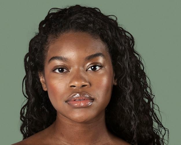 美しいアフリカの女性、顔の肖像画をクローズアップ