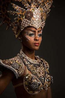 美しいアフリカの女性がカーニバルドレスを着て