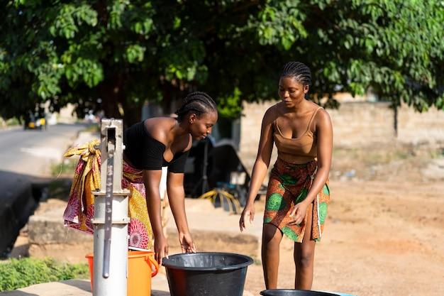 Красивые африканские женщины за водой