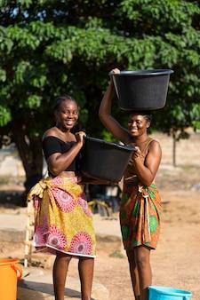물을 가져 오는 아름 다운 아프리카 여성