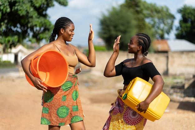 물을 가져 오는 동안 재미 아름 다운 아프리카 여성