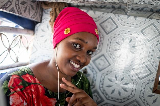 작은 버스를 타고 여행하는 아름다운 아프리카 젊은 여성