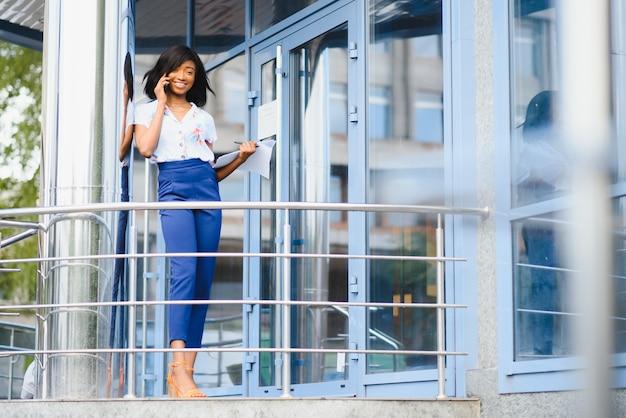 Красивая афро-американская бизнес-леди на открытом воздухе