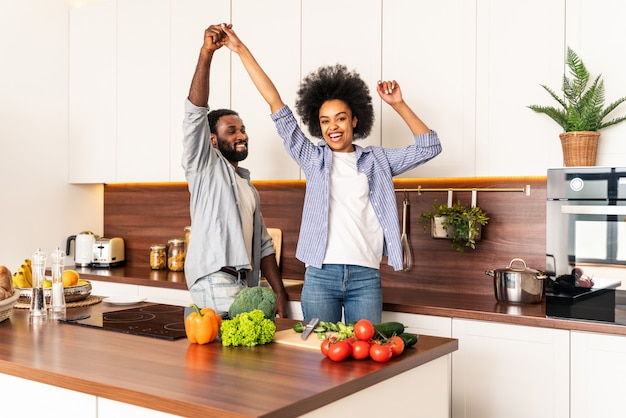 집에서 요리하는 아름다운 아프리카 계 미국인 부부 저녁 식사를 준비하는 아름다운 흑인 부부
