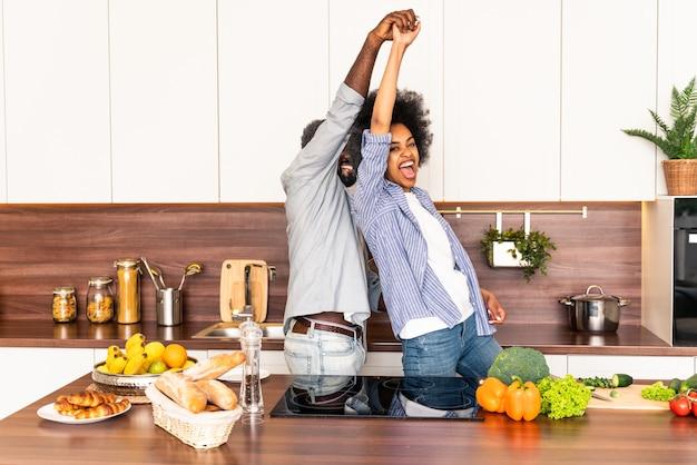 집에서 요리하는 아름다운 아프리카계 미국인 커플