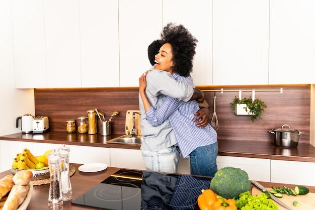 自宅で料理をする美しいアフリカ系アメリカ人のカップル