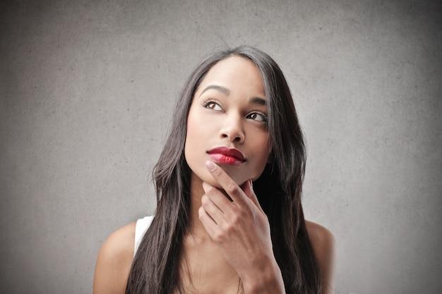 疑問に思う美しいアフロ女性
